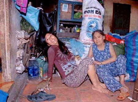 Hai mẹ con bà Sáu trong căn nhà tồi tàn, cũ kĩ