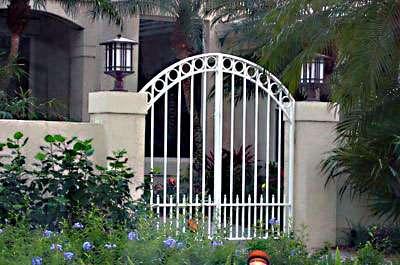 Ấn tượng cổng rào trắng